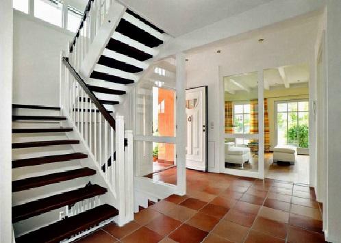 классическая косоурная деревянная лестница белого цвета