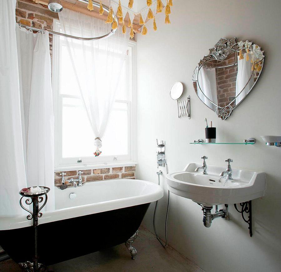 Ванная комната с кирпичной стеной, белые занавески и старинной ванной в черном цвете [дизайн: MDSX Contractors]
