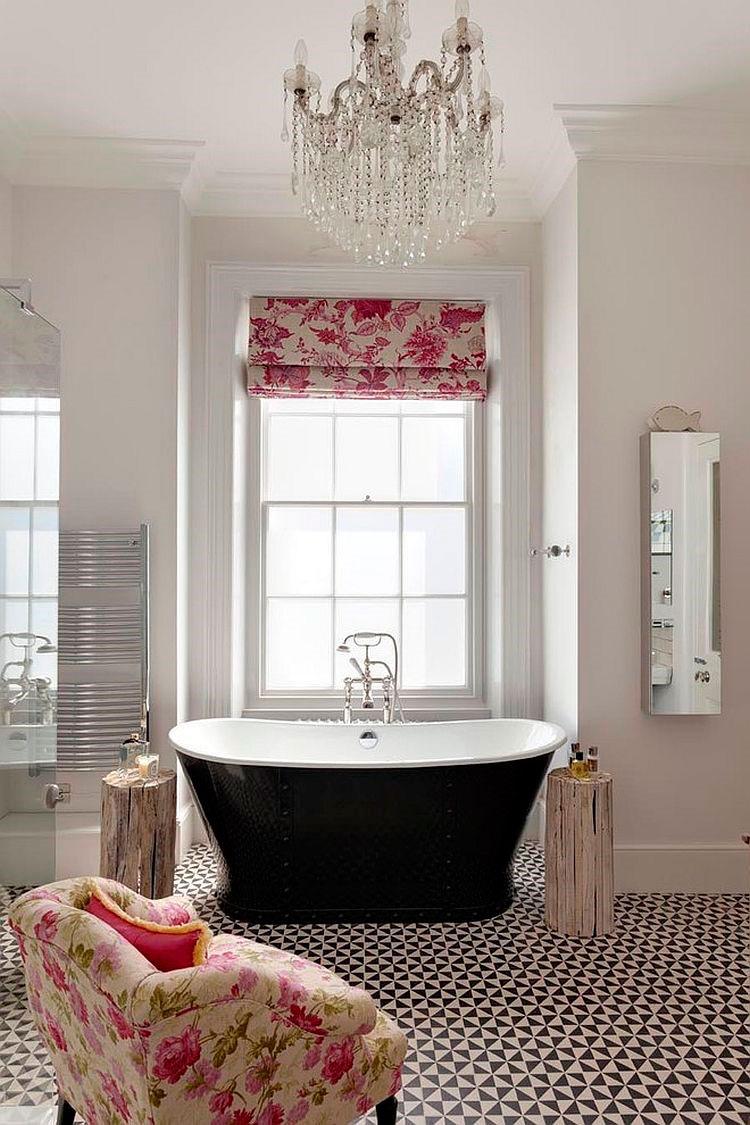 Напольная плитка в черно-белом цвете, цветочный узор штор и контрастная палитра стен ванной комнаты [дизайн: RDP Architects]