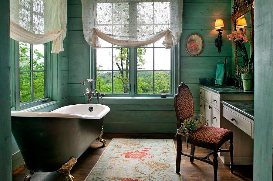 Безмятежный викторианский стиль ванной со светло-зелеными стенами [дизайн: Kathryn Long]