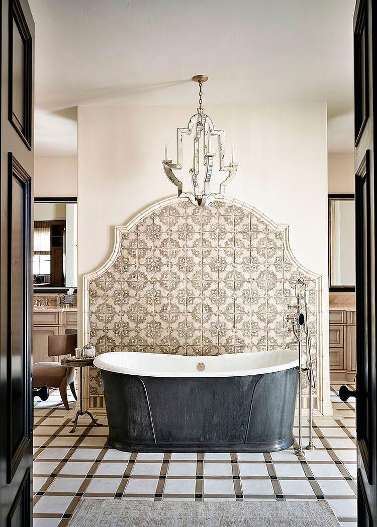 Средиземноморская ванная комната с чашей со спинной поддержкой и элегантной плиткой на стене. [Design: Wiseman & Gale Interiors]