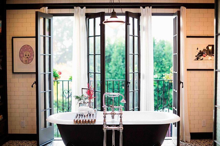 Великолепная ванная комната с черной ванной под старину [дизайн: Deirdre Doherty Interiors]