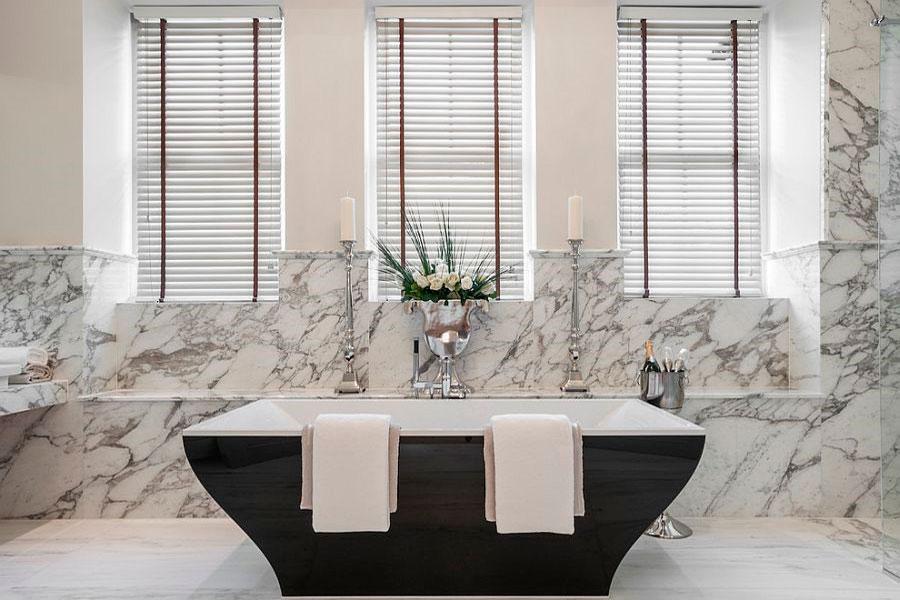 Красивая современный ванна черного цвета, в окружении мрамора [дизайн: Alexander James Interiors]