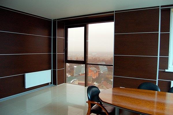 применение в интерьере офиса темных тонов в отделке стен и мебели, но в контрасте с полом и потолком.