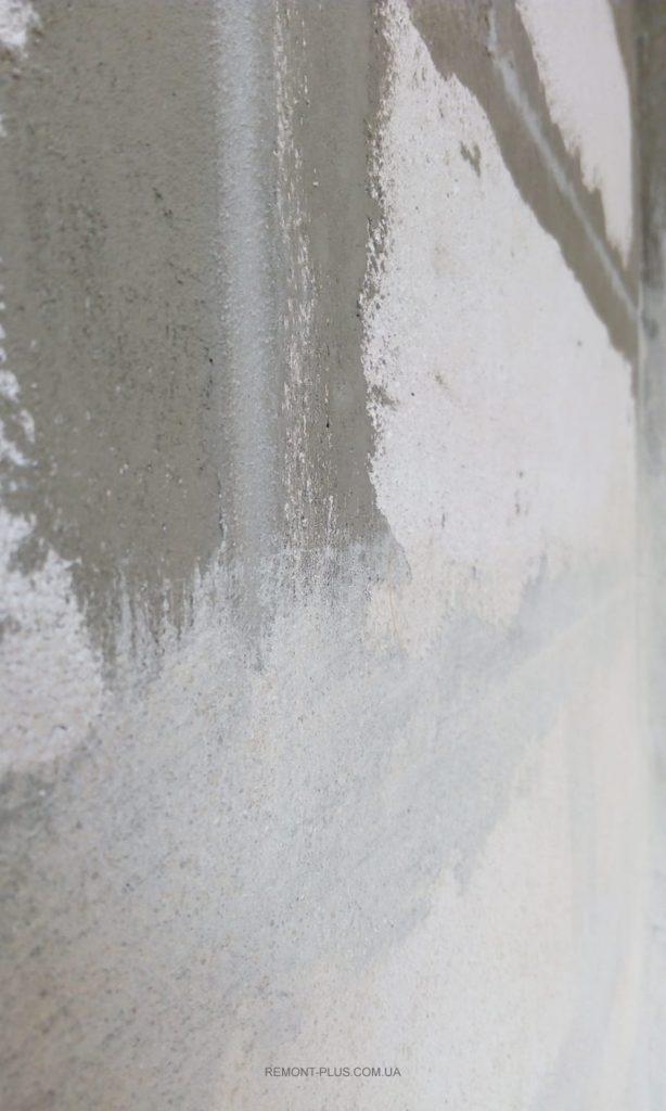 Грунтовать или нет? Грунтовка Siltek Contact E-105 на поверхности стены (участок после грунтования и до)