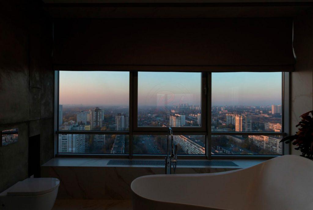 Фото ванной комнаты вечером. Автор проекта: Валерия Завгороднева, дизайн-студия Futurum-Fractal